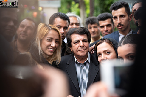عباس قادری در کنار طرفدارانش در مراسم یادبود ناصر چشم آذر