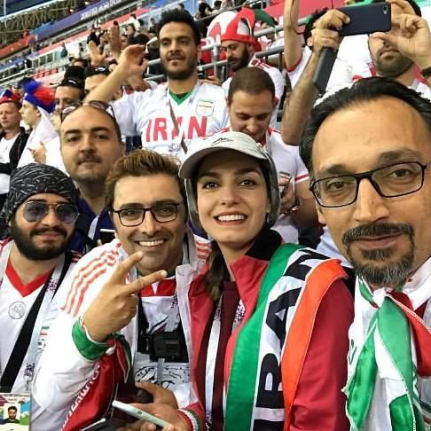 امین زندگان و همسرش الیکا عبدالرزاقی در ورزشگاه محل بازی ایران و اسپانیا