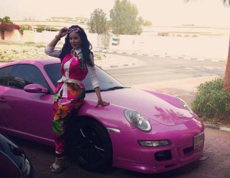 مجری زن و ماشین صورتی رنگش