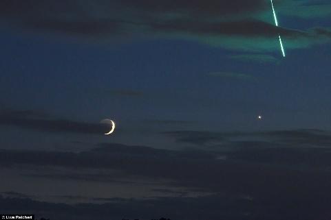 سنگ آسمانی سبز رنگ در کنار ماه و ناهید