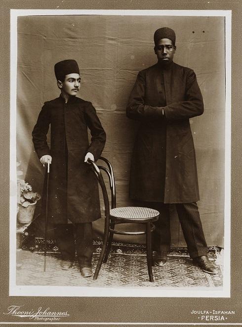 غلامحسین میرزا مسعود به همراه برده آفریقایی، تصویر غلامحسین میرزا مسعود