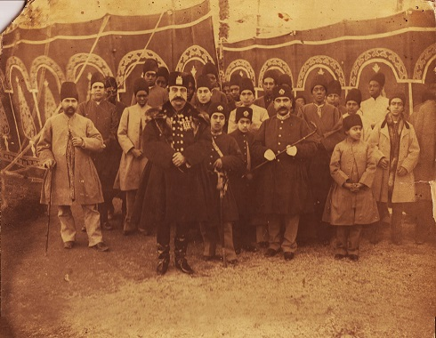 ناصرالدین شاه در کنار درباریان و برده ها، تصویر ناصرالدین شاه