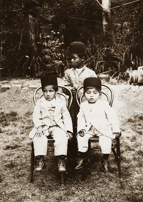 پسران خان بزرگ ایل بختیاری در کنار برده آفریقایی شان، تصویر پسران خان بختیاری