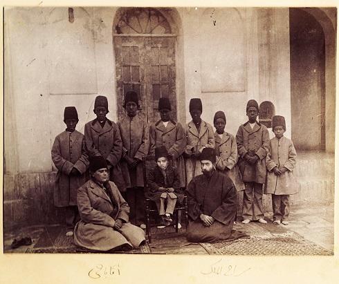 بهرام میرزا در کنار درباریان و بردگان آفریقایی، تصویر فرزند ظل السلطان