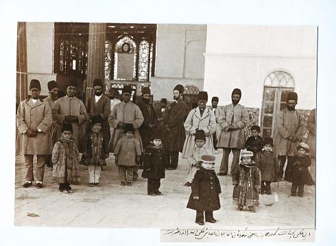 فرزند ظل السلطان در کنار بردگان آفریقایی، تصویر فرزند ظل السلطان