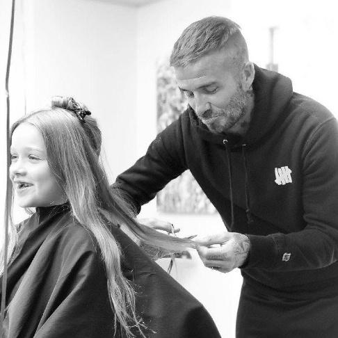 ديويد بکام درحال کوتاه کردن موهاي دخترش