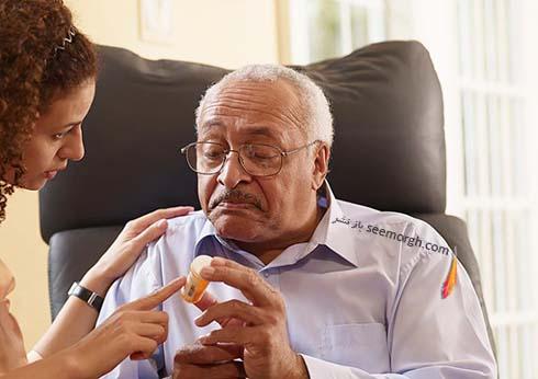پیرمرد،پرستار،قرص،دارو،آلزایمر