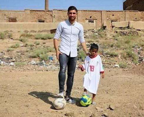 عليرضا جهانبخش در کنار کودک