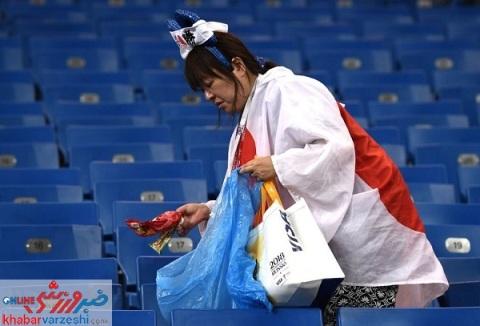 تماشاگران ژاپني درحال تميز کردن جايگاه خود 1