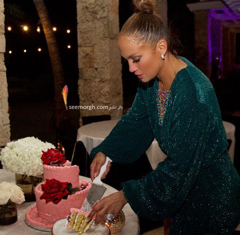 جنیفر لوپز در حال بریدن کیک تولدش