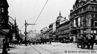تصویری از میدان ونتسل در پراگ در سال ۱۹۰۴ که محل کار کافکا در آنجا قرار داشت