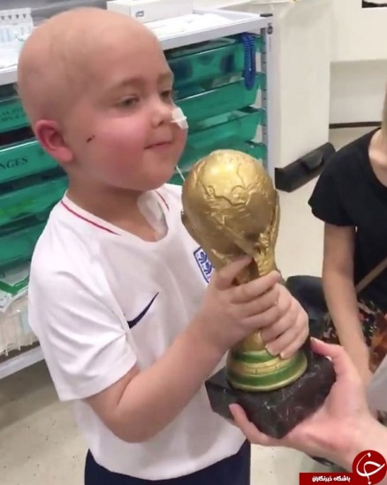 کودک مبتلا به سرطان به همراه کاپي که هري کين برايش فرستاد