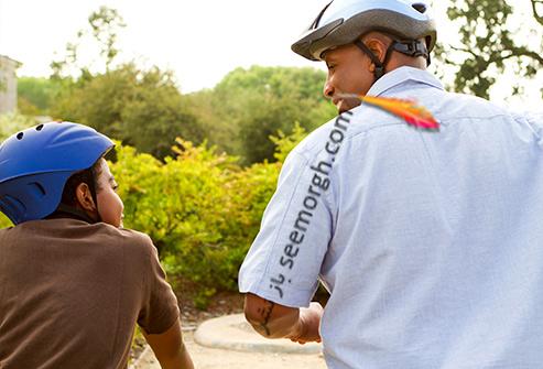 دوچرخه سواری,پدر و پسر در حال دوچرخه سواری