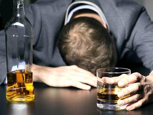 مشروب,مردی در حال نوشیدن مشروب