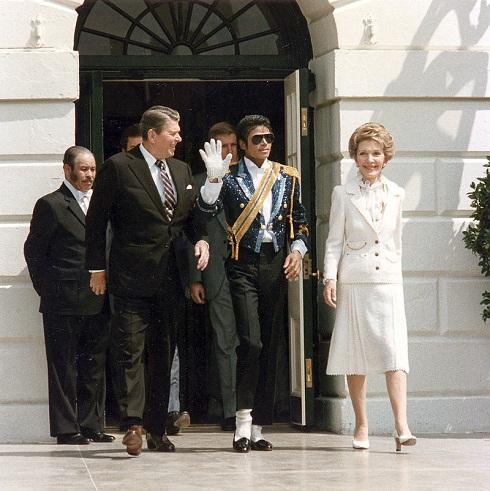 مایکل جکسون در کنار رونالد ریگان، رئیسجمهور آمریکا و همسرش، بیوگرافی مایکل جکسون