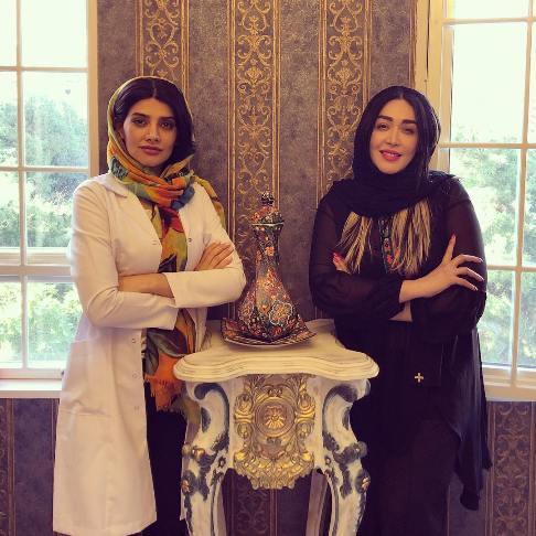 سارا منجزي در کنار دوست پزشکش
