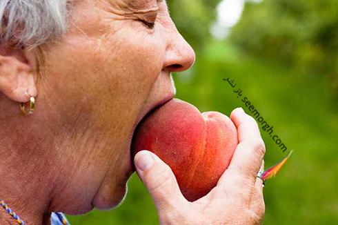 هلو,هلو خوردن,زنی در حال خوردن هلو