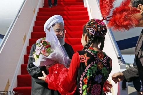 پوشش جالب دختر قزاق در استقبال از روحانی