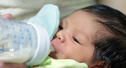 نوزاد,نوزاد در حال شیر خوردن