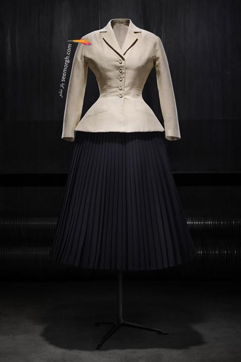 یک کت و دامن طراحی شده از برند دیور Dior در سال 1947، کت از جنس ابریشمی با دامن پلیسه پشمی,کت و دامن طراحی شده برند دیور,عکس های قدیمی از برند دیور