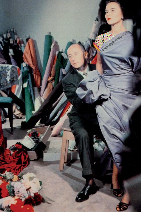 کریستین دیور,کریستین دیور در حال طراحی یک لباس,عکس های قدیمی برند کریستین دیور,کریستین دیور Christian Dior در حال فیکس کردن لباس بر تن یکی از مدل ها در سال 1948