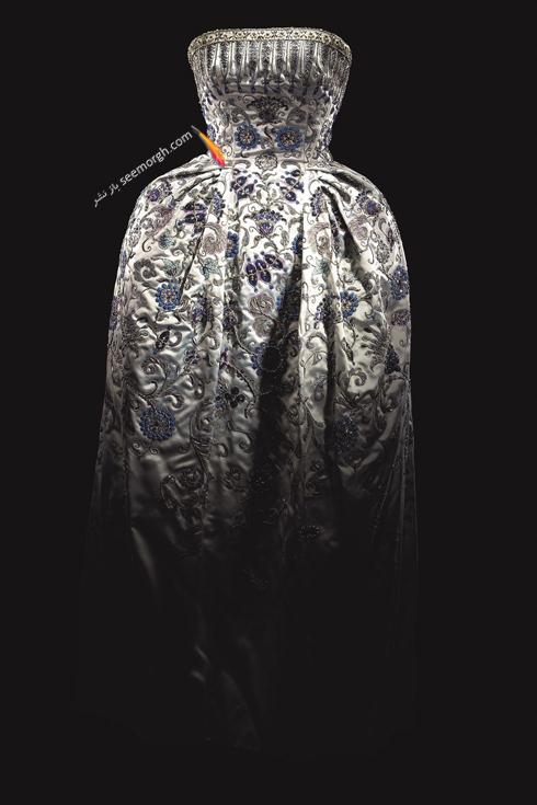 دیور,کریستین دیور,پیراهن طراحی شده دیور,عکس های قدیمی برند دیور,یک لباس شب دوخته شده توسط برند دیور در سال 1952. از ویژگی های مهم این لباس بدون درز بودنش است.