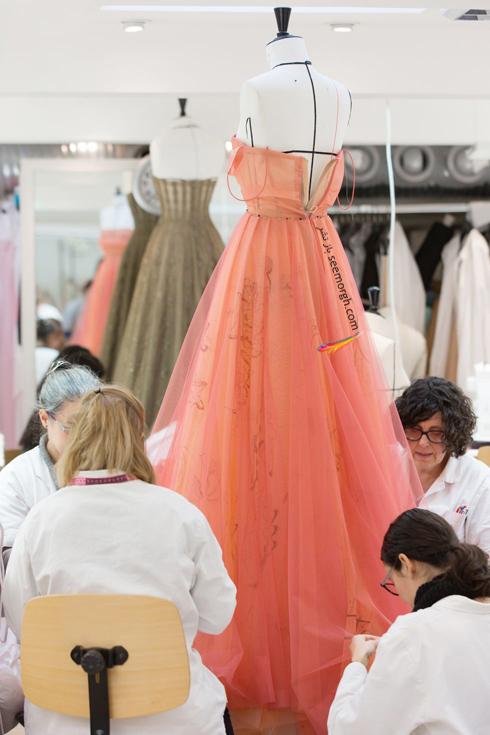 دیور,کریستین دیور,طراحان دیور,طراحان کریستین دیور,طراحان برند دیور Dior در حال طراحی لباس,عکس های قدیمی برند دیور
