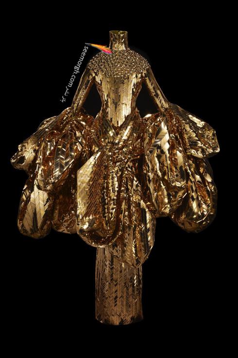 دیور,کریستین دیور,پیراهن طراحی شده دیور,پیراهن طراحی شده مریستین دیور,پیراهن طلای دیور,پیراهن طراحی شده دیور از طلا,عکس های قدیمی دیور,لباس طراحی شده توسط جان گالیانو John Galliano که از طلا بوده برای بهار و تابستان 2004