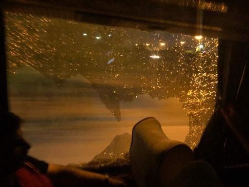 شیشه شکسته شده اتوبوس تیم پرسپولیس