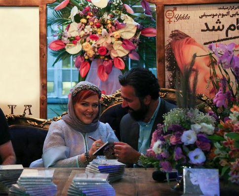 بهاره رهنما در حال امضا کردن آلبوم موسيقي خود براي همسرش