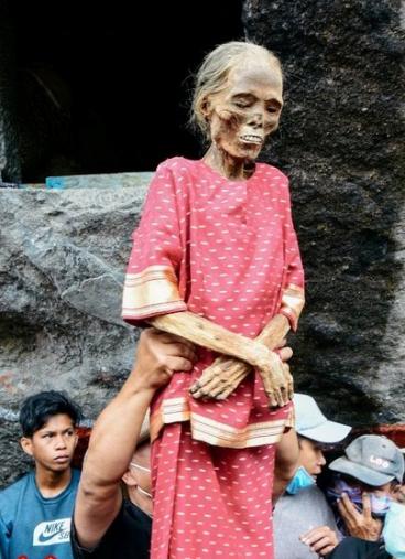 پوشاندن لباس نو به جسد زن تروجایی