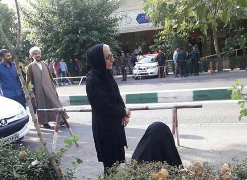 تجمع محدود احمدی نژادیها مقابل دادگاه مشایی+تصاویر