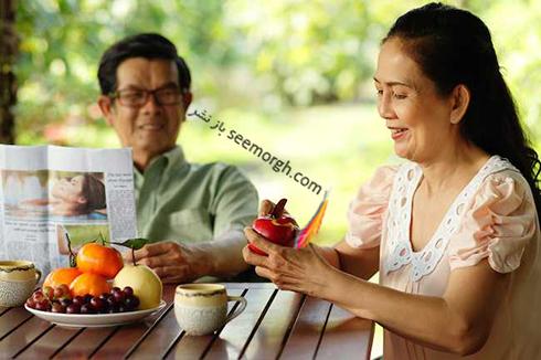 زن و شوهر در حال خوردن غذا