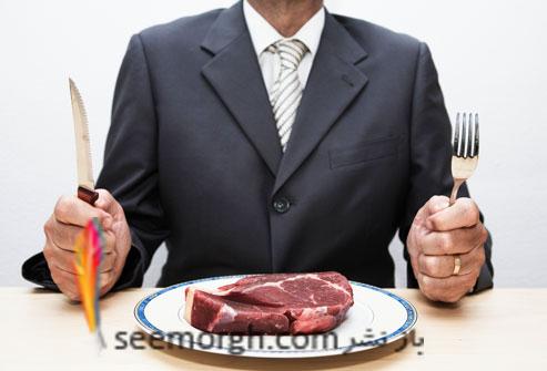 مردی در حال غذا خوردن