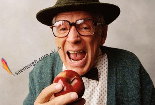 پیرمرد در حال خوردن سیب
