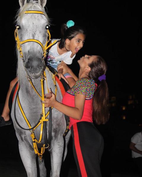 الهام عرب در کنار دخترش در دبی