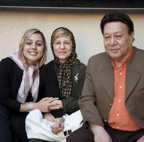 مرحوم حسین عرفانی در کنار همسر و دخترش