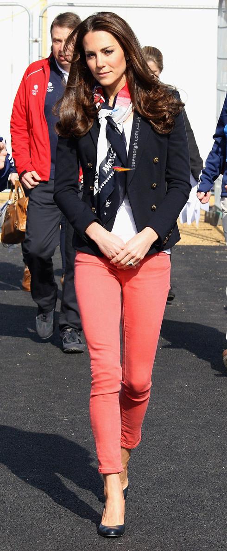 کت و شلوار,کت و شلوار کیت میدلتون,بهترین مدل کت و شلوار کیت میدلتون,بهترین مدل کت و شلوار کیت میدلتون Kate Middleton - کت مشکی با شلوار صورتی