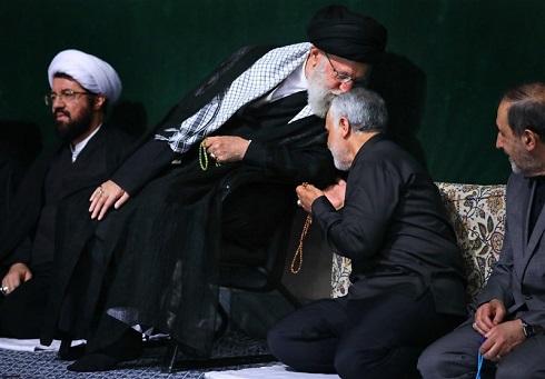 بوسه رهبر انقلاب بر سر سردار سلیمانی+تصویر