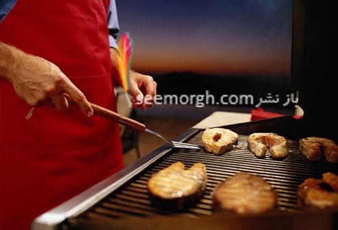 مردی در حال سرخ کردن گوشت