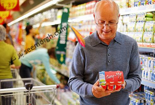 پیرمرد در حال خرید