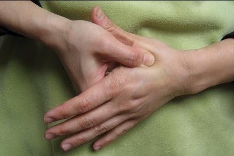 فشار بین انگشت شصت و اشاره