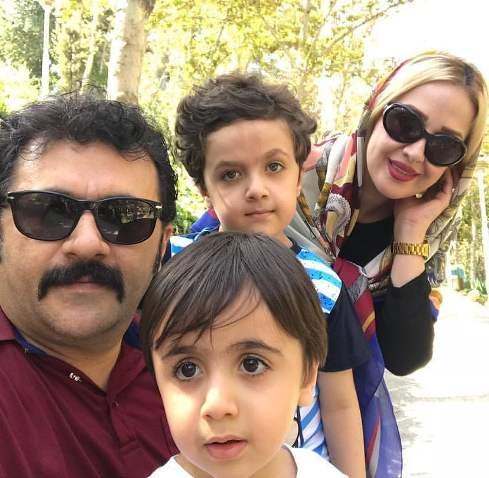 شهرام عبدلی در کنار همسر و فرزندانش