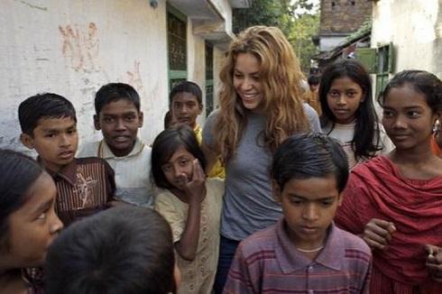 شکیرا,بنیاد پابرهنگان و شکیرا,تاسیس بنیاد پابرهنگان,کمک شکیرا به کودکان