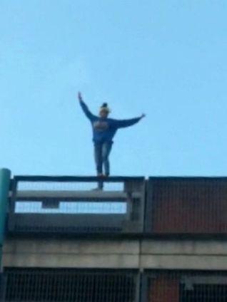 ایستادن بر لبه پشت بام ساختمان
