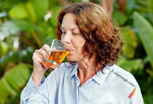 نوشیدن دمنوش گیاهی