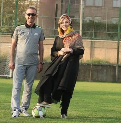 نیوشا ضیغمی در کنار فراز کمالوند در تمرین تیم اکسین البرز