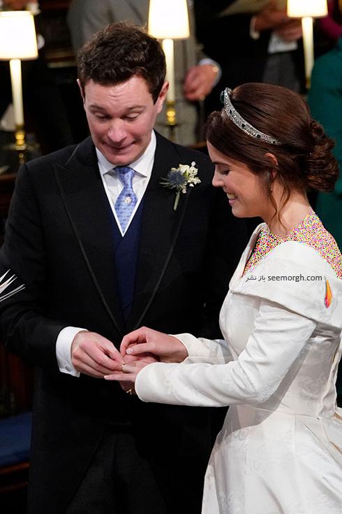 مراسم عروسی,مراسم عروسی نوه ملکه انگلیس,عکس هایی از مراسم عروسی نوه ملکه انگلیس,پرنسس اوژنی Eugenie و جک بروکسبنک Jack Brooksbank در حال دست کردن حلقه های ازدواج شان