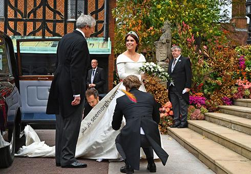مراسم عروسی,مراسم عروسی نوه ملکه انگلیس,عکس هایی از مراسم عروسی نوه ملکه انگلیس,پرنسس اوژنی Eugenie در حال ورود به کلیسای محل برگزاری مراسم عروسی