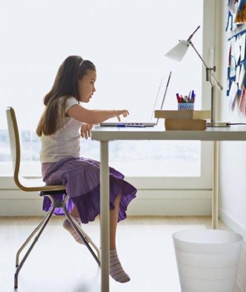 صندلی استاندارد,کودک در حال کار کردن با کامپیوتر